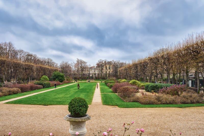 公园的冬天视图在罗丹博物馆,巴黎,法国附近的 免版税库存图片