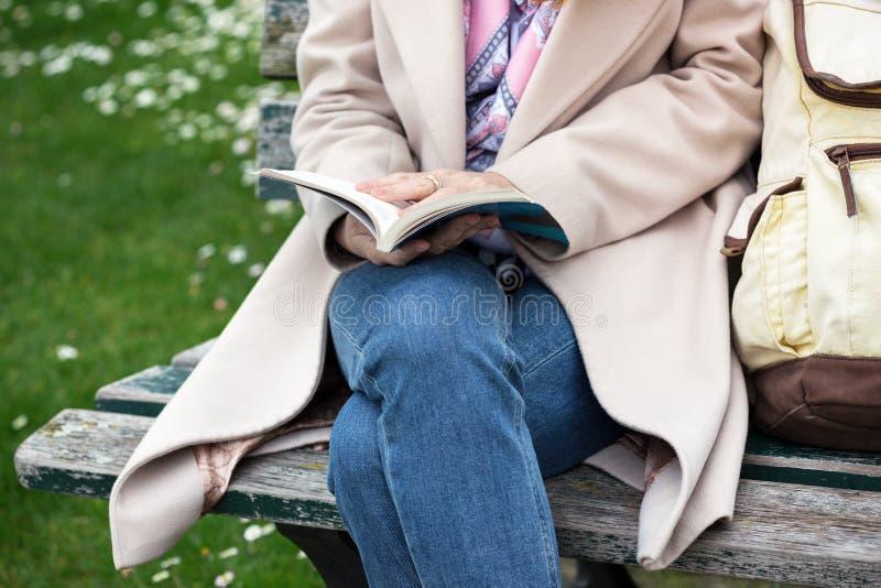 公园的女孩读书的 免版税库存照片