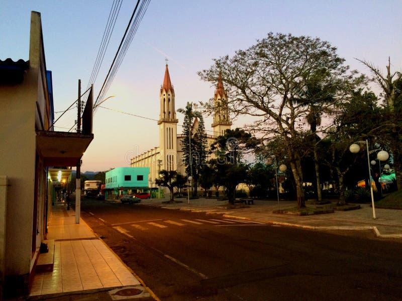 公园的小镇教会 免版税库存图片