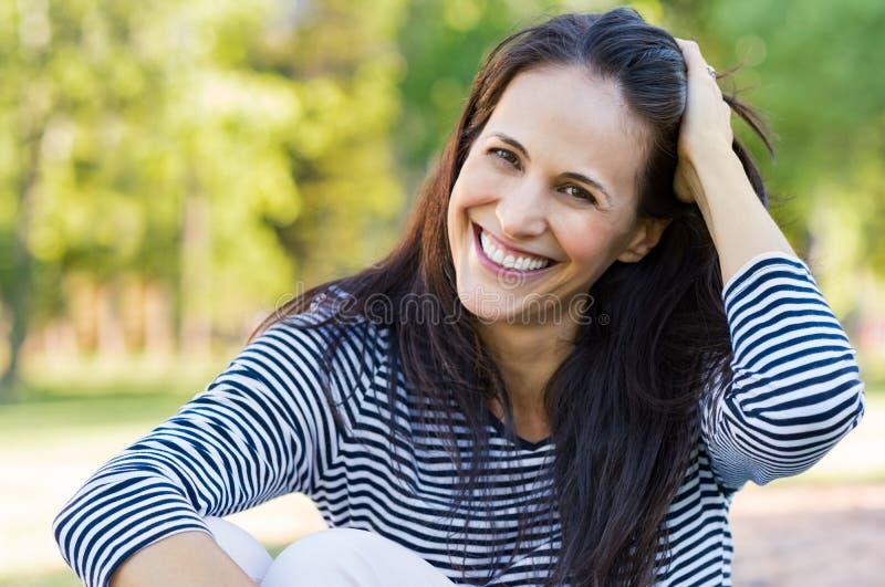 公园的笑的中间妇女 免版税库存照片