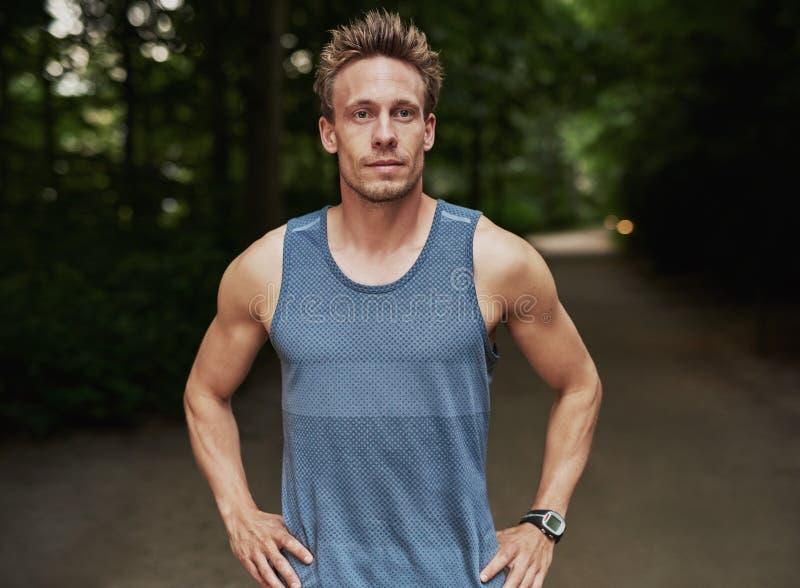 公园的运动人用在腰部的手 免版税图库摄影