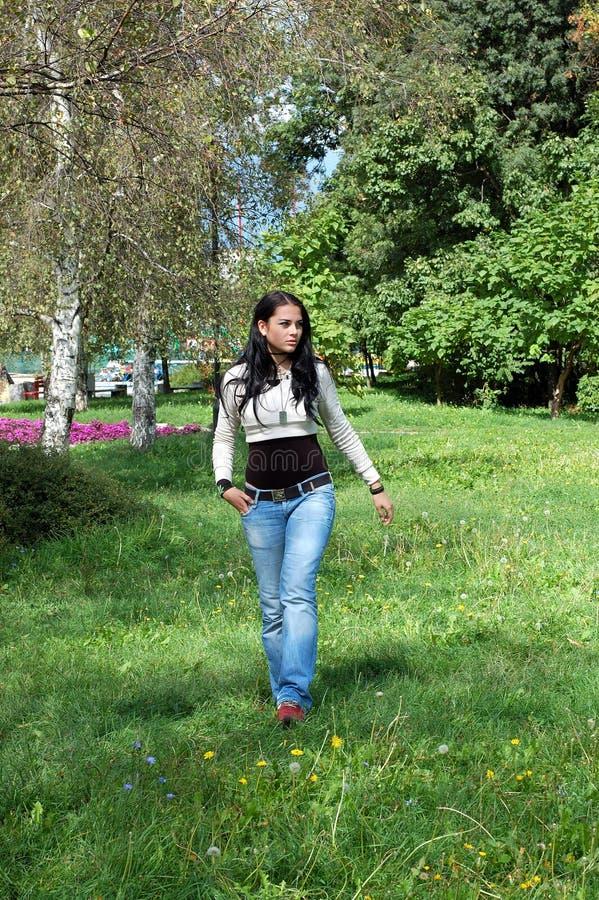 公园走的妇女年轻人 免版税图库摄影