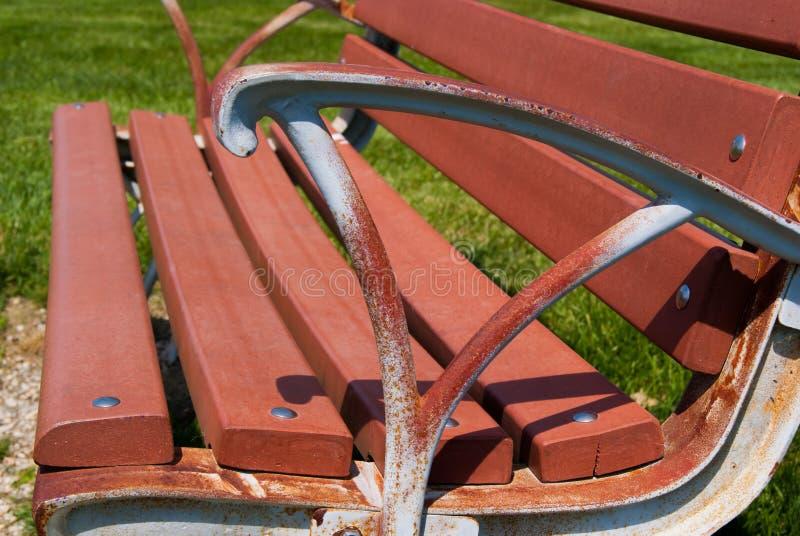公园长椅关闭从旁边生锈的胳膊休息 库存图片