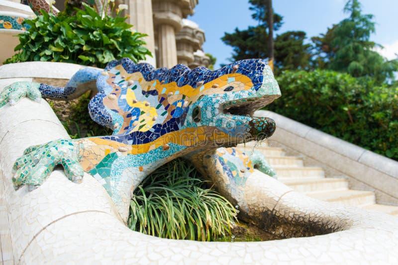 公园Guell -喷泉马赛克雕塑由安东尼Gaudi,巴塞罗那,西班牙设计了 库存照片