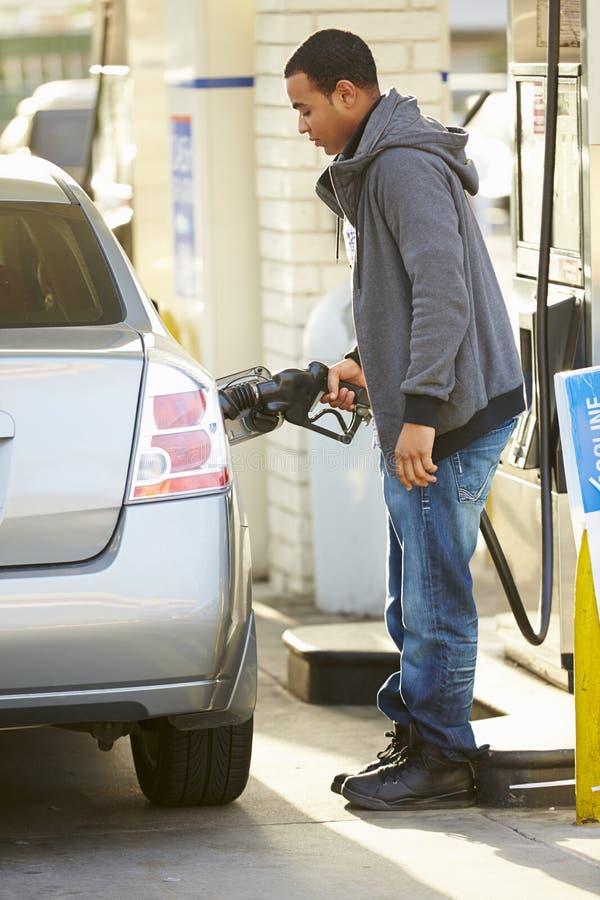 公在加油站的司机填装的汽车 免版税库存照片