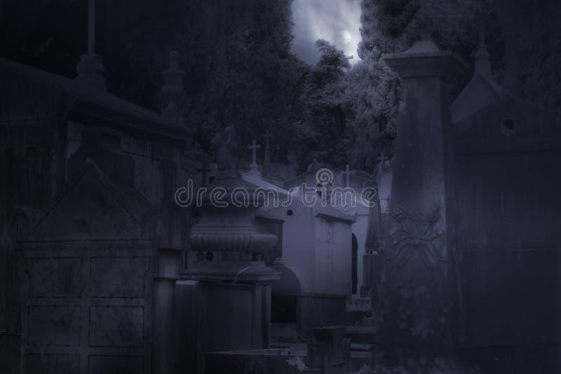 公墓在有雾的满月夜 免版税图库摄影