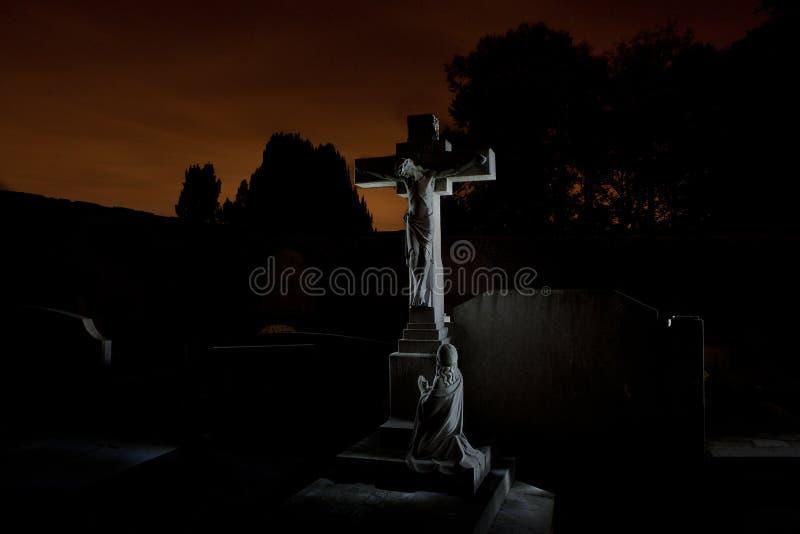 公墓坟园墓碑夜,鲁汶,比利时 库存图片