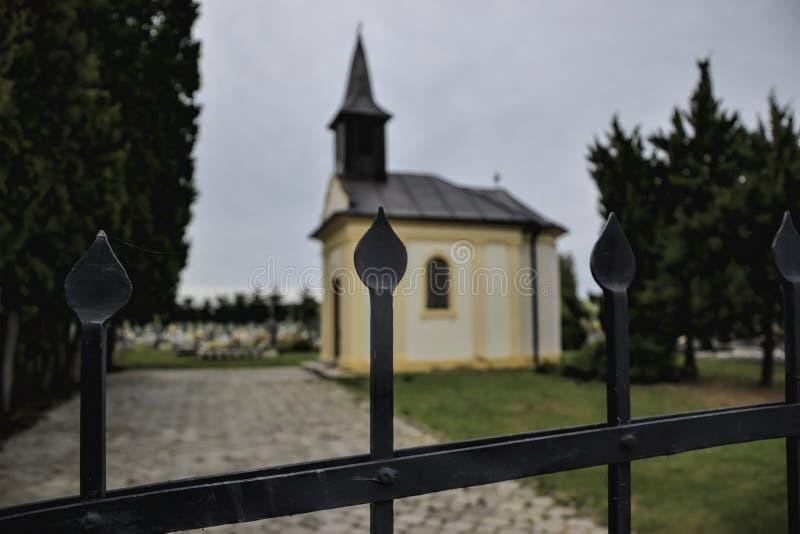 公墓的一个小教堂在Topolcany,斯洛伐克,欧洲附近的Jacovce 对小教会的门 天主教堂 库存照片