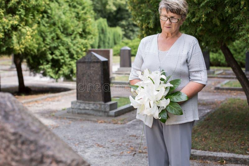 公墓的成熟妇女 免版税库存照片