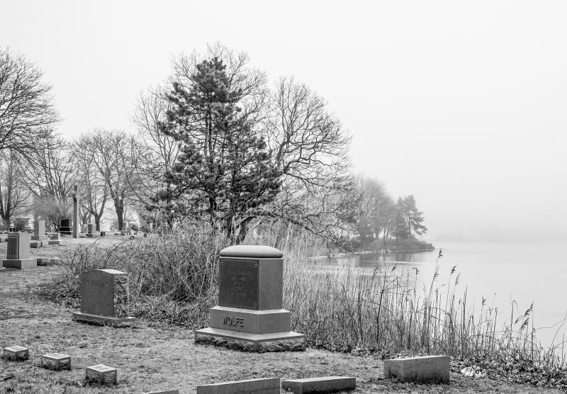 公墓神秘的河位于神秘主义者-神秘主义者-康涅狄格- 4月6,2017 免版税库存图片