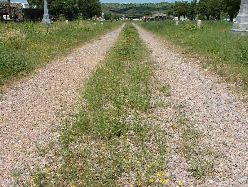 公墓路两车轮痕迹 库存图片