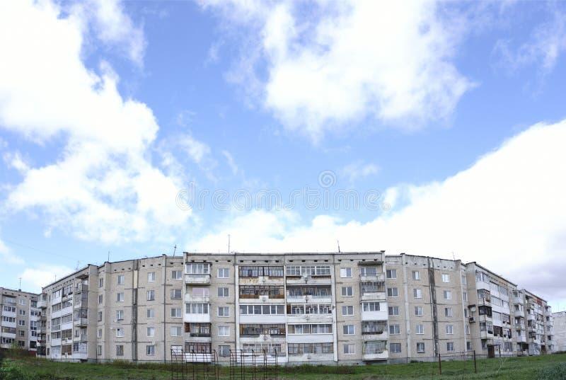 公寓单元在日落和指示线的汽车的光的在长的曝光期间在高峰时间 库存图片