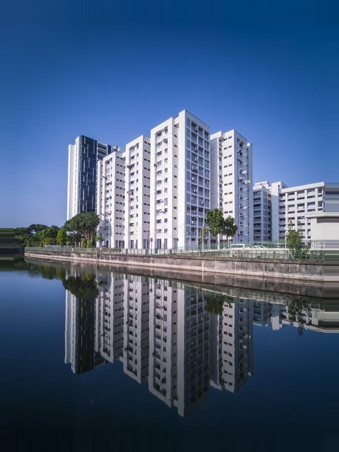 公寓单元沿芽笼河的芽笼公园连接的 免版税库存照片