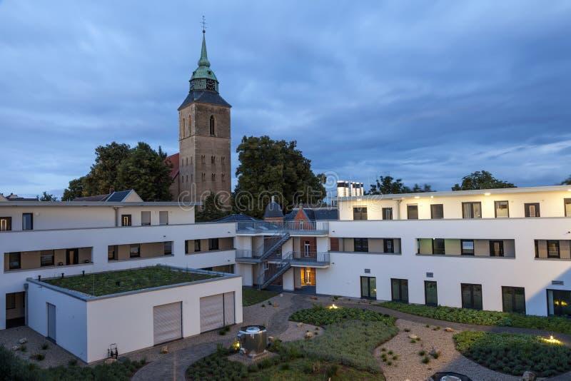 公寓和教会 免版税图库摄影