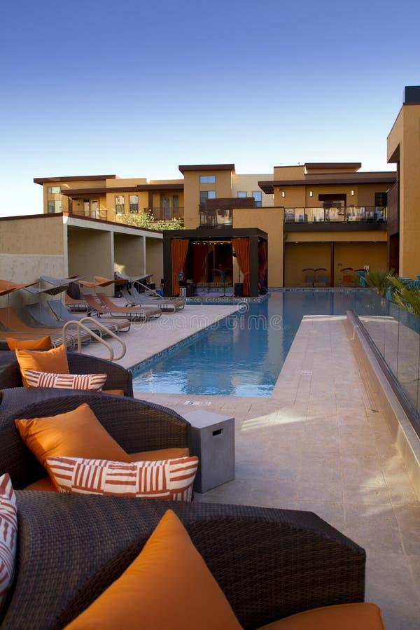 公寓回家室外广场露台和水池 免版税库存图片