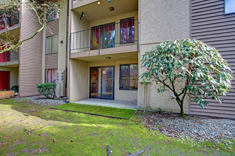 公寓外部在Bellevue,阳台的看法 免版税库存图片