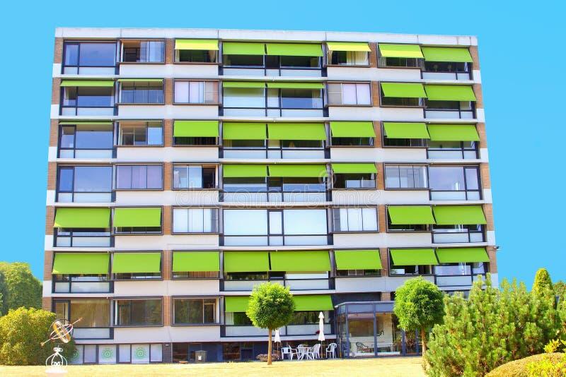 公寓平的大厦绿色太阳窗帘外部,荷兰 库存图片