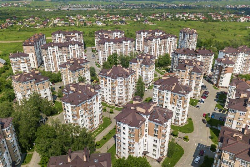 公寓或办公室高楼,停放的汽车,都市城市风景顶视图  寄生虫航拍 图库摄影