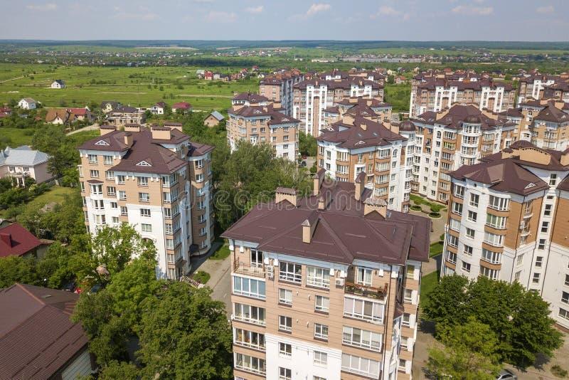 公寓或办公室高楼,停放的汽车,都市城市风景顶视图  寄生虫航拍 免版税库存照片
