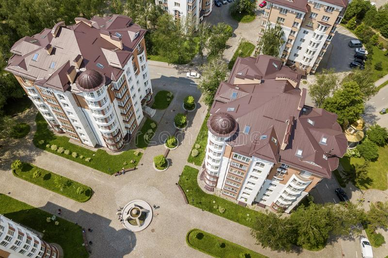 公寓或办公室高楼,停放的汽车,都市城市风景顶视图  寄生虫航拍 免版税图库摄影