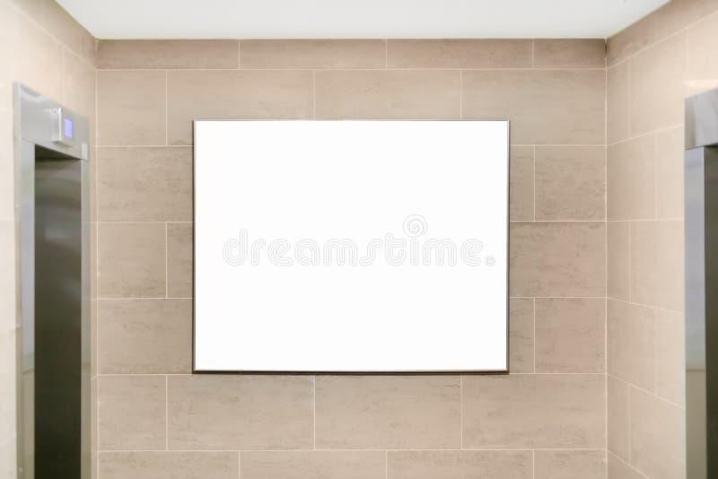 公寓或办公楼大厅内部有电梯的和空的大模型牌广告的, 公告或 免版税库存照片