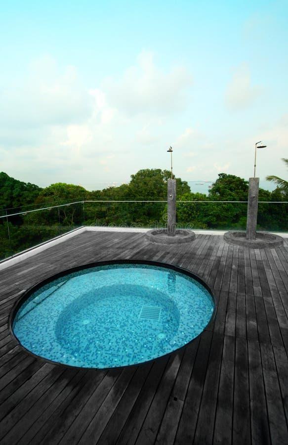公寓房极可意浴缸池屋顶顶层 库存照片