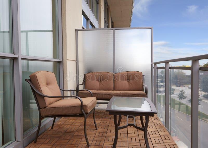公寓房阳台俯视的街道 免版税库存照片