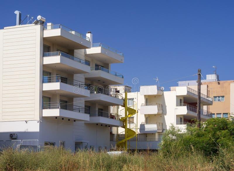 公寓的看法在希腊海岛上的在一个晴朗的夏日 库存照片