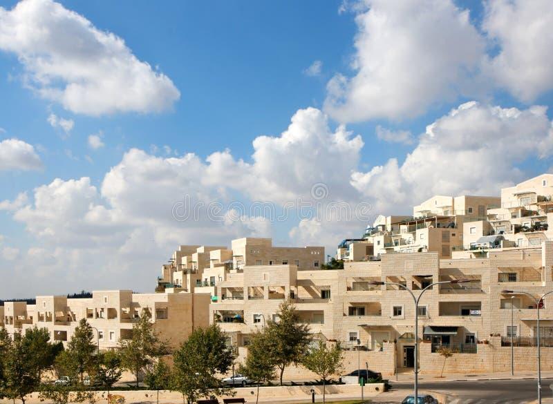 公寓蓝色大厦覆盖新的街道下 库存照片
