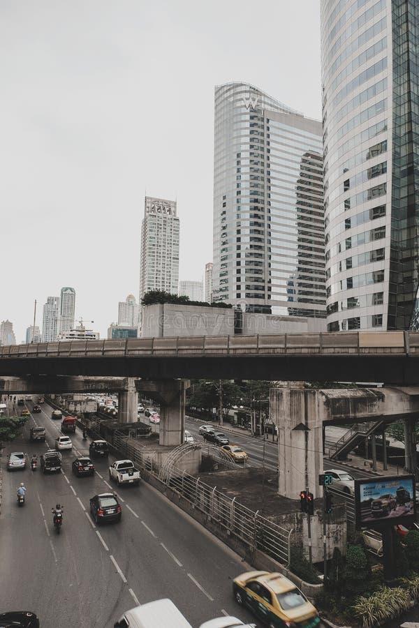 公寸10,2018年:Sathorn路穿过街市曼谷市泰国和有很多商店,住宅和办公楼 免版税图库摄影
