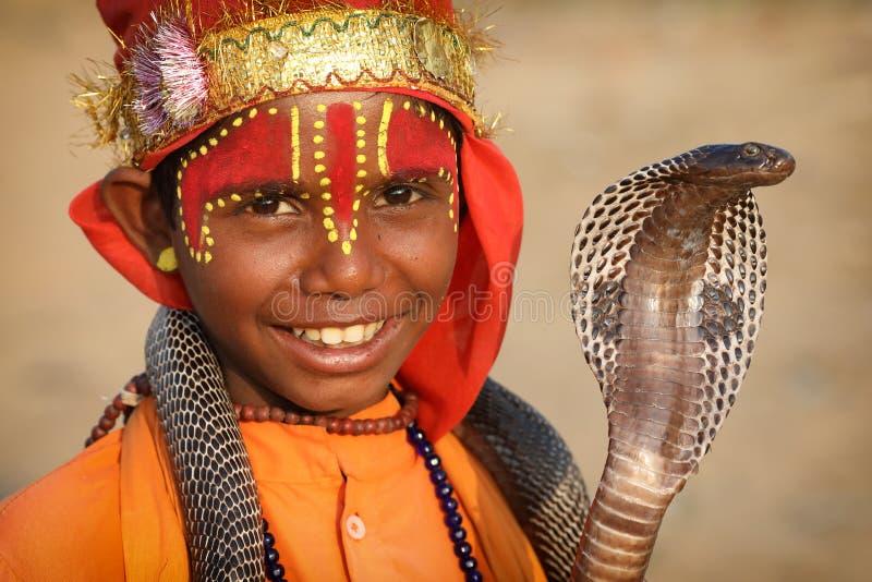 公平地普斯赫卡尔骆驼的年轻吉普赛耍蛇者,印度 免版税库存照片