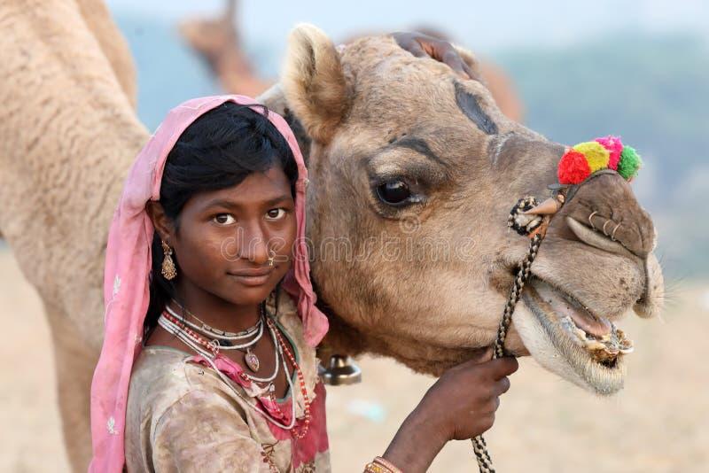公平地普斯赫卡尔骆驼的美丽的部族吉普赛女孩,印度 库存图片