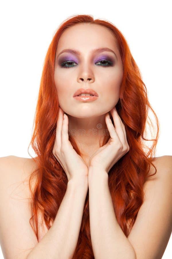 从公平的皮肤的妇女与秀丽长的卷曲红色头发 被隔绝的背景 免版税库存图片