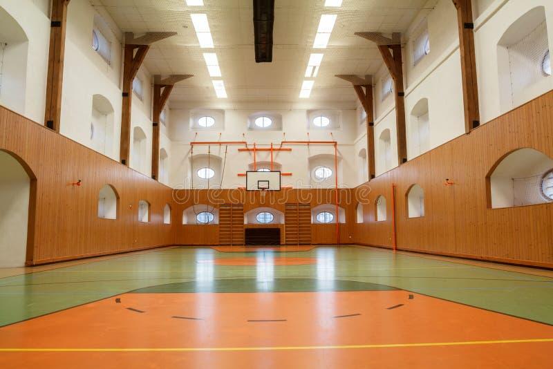 公开健身房空的内部  免版税库存图片