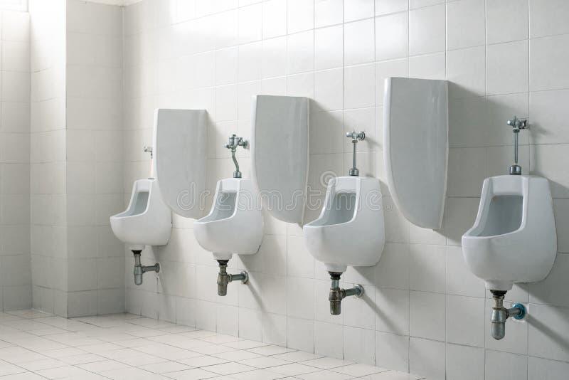 公开先生们洗手间休息室 内部和医疗保健概念 在购物中心题材的卫生学 免版税库存图片