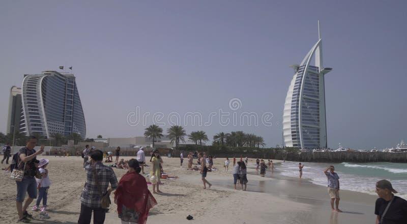 公开卓美亚奢华酒店集团开放海滩的卓美亚海滩酒店和阿拉伯塔旅馆在波斯湾,迪拜的海岸 库存图片