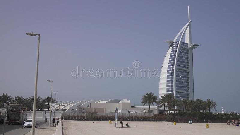 公开卓美亚奢华酒店集团开放海滩的阿拉伯塔旅馆在波斯湾,迪拜的海岸 库存图片