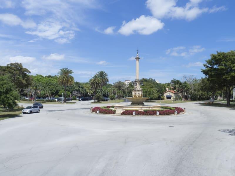 公开喷泉在椰子树丛里 库存照片