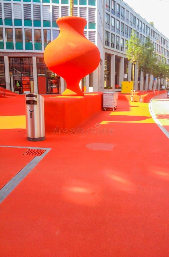公开城市休息室在红色橡胶被盖由艺术性的照明设备元素露天颗粒化并且点燃了在圣加连 库存图片