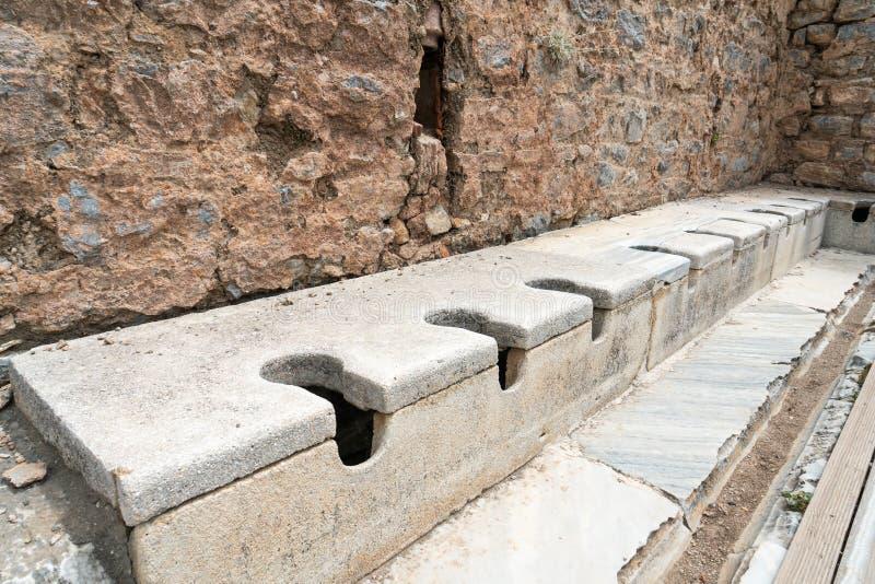 公开多位子洗手间大理石石头和岩石在壮观的古色古香的废墟在以弗所塞尔丘克的伊兹密尔,土耳其 历史古老 库存图片