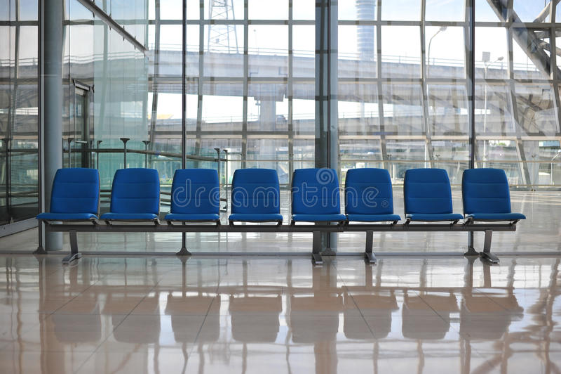 公开椅子行等待对见面的人的 免版税库存图片