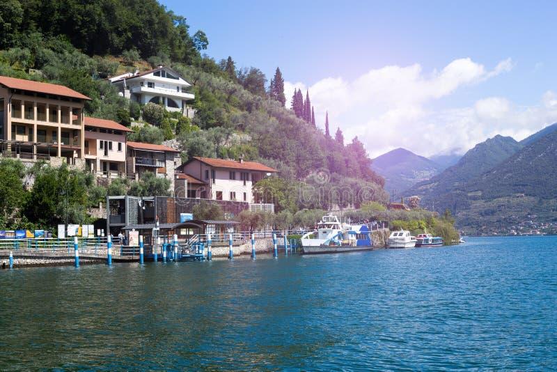 公开水路梭和建筑学在蒙泰伊索拉,湖Iseo,意大利海岛上  免版税库存照片