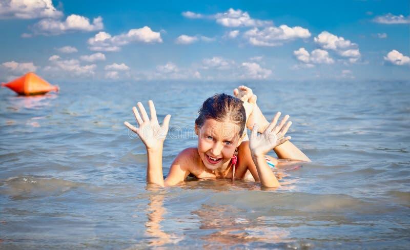 公开海滩子线的女孩在多瑙河在诺维萨德 免版税图库摄影