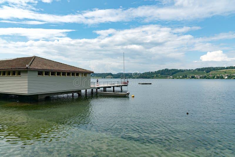 公开游泳场和澡堂的看法苏黎世湖的在拉珀斯维尔在一个美好的夏日 库存图片
