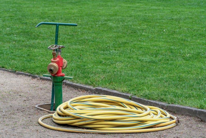 公开绿地和公园的专业灌溉系统 免版税库存照片