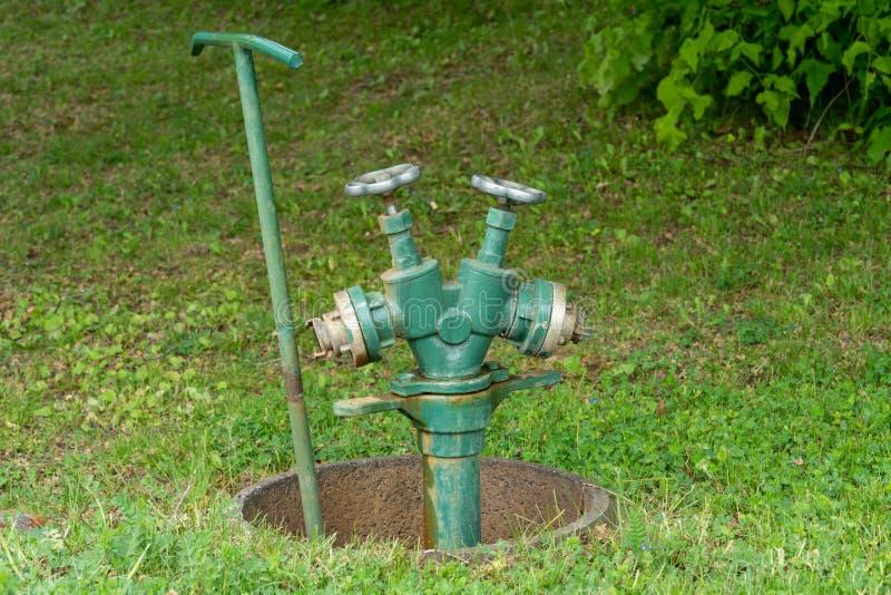 公开绿地和公园的专业灌溉系统 免版税图库摄影