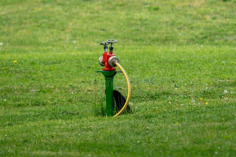公开绿地和公园的专业灌溉系统 库存照片