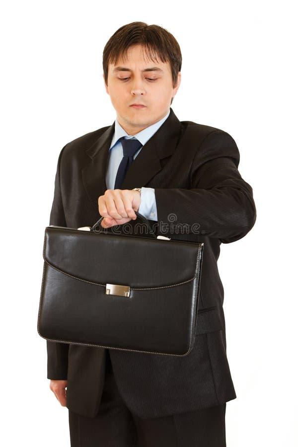 公文包生意人他查找的手表 库存照片