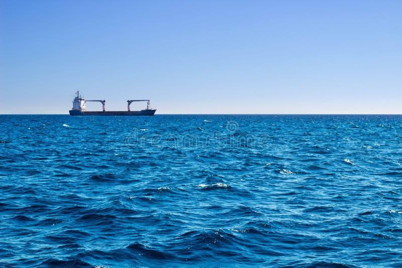 公海视图在longly运送的晴朗的夏日 免版税库存照片