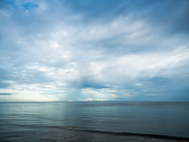 公牛天空和海安静 免版税库存图片
